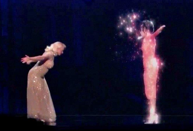 christina-aguilera-whitney-houston-hologram-performance-1